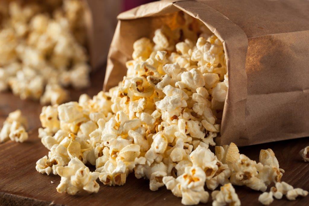 Uprazony-popcorne-wysypany-z-torebki