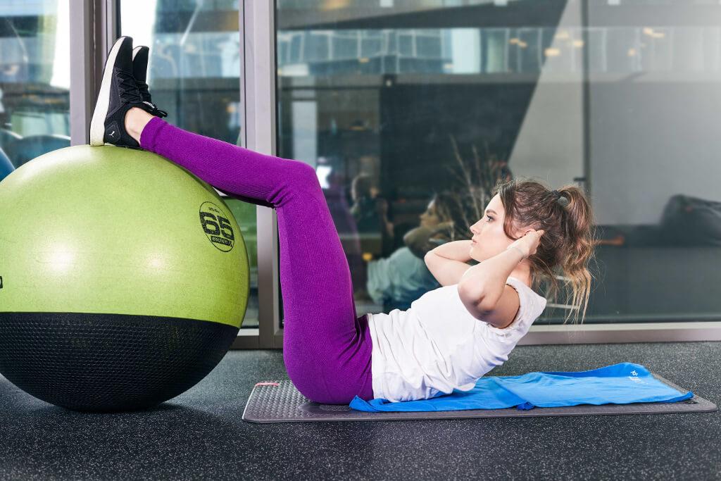 trening-ABS-abdominal-body-system-kobieta-robi-brzuszki