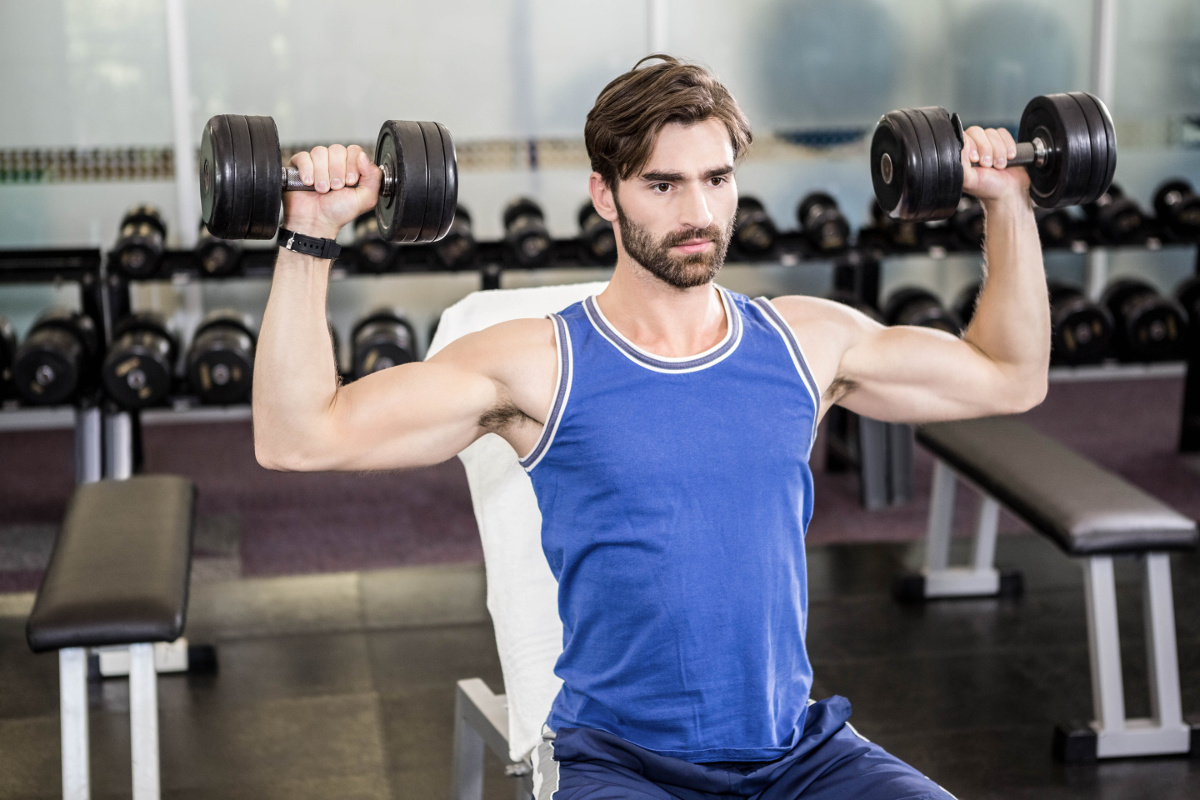 Ćwiczenia na wzmocnienie i rozbudowę ramion – wyciskanie żołnierskie